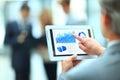 Hübscher geschäftsmann unter verwendung seiner digitalen tablette Stockbilder