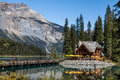 Herberg in emerald lake Stock Afbeelding