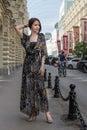 Het charmeren van sensuele vrouw in modieuze gauzy kleding bij een straat Stock Fotografie