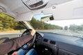 Het drijven van een auto in zonnig weer Stock Fotografie