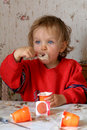 Het eten van yoghurt Royalty-vrije Stock Afbeeldingen