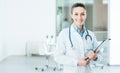 Het glimlachen de vrouwelijke medische dossiers van de artsenholding
