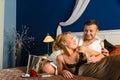 Het houden van de dag van de paar romantische Valentijnskaart het liggen van bed Royalty-vrije Stock Foto's