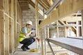Het Huis van bouwvakkerusing drill on bouwt