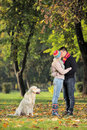 Het kussen van de vriend en van het meisje in het park Stock Foto's