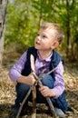 Het leuke little boy spelen met stokken bij het hout Stock Fotografie