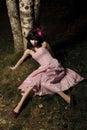 Het meisje ligt dichtbij boom Royalty-vrije Stock Afbeeldingen