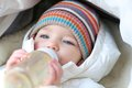 Het meisje van de baby het drinken melk van fles Royalty-vrije Stock Afbeeldingen