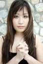 Het mooie Aziatische meisje met handen clasped Royalty-vrije Stock Afbeelding