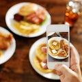 Het nemen van foto van voedsel met smartphone Royalty-vrije Stock Foto