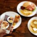 Het nemen van foto van voedsel met smartphone Stock Foto