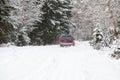 Het Off-road berijden op de winter bos sneeuwweg Stock Foto's