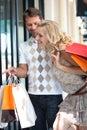 Het paar gaat op shopping spree Stock Afbeeldingen