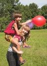 Het spel van de jongen en van het meisje Stock Foto's