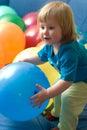 Het spelen van het meisje met ballons Stock Afbeeldingen