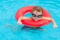 Het spelen van little boy in de pool Royalty-vrije Stock Afbeeldingen