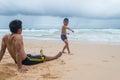 Het spelen van vaderand son wearing swimwear op sandy beach in phuket Stock Foto