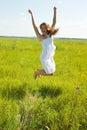 Het springen van vrij donkerbruin meisje Royalty-vrije Stock Afbeelding