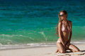 Het strand van bronstan woman sunbathing at tropical Stock Foto's