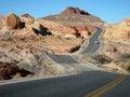 Het Two-lane weg weven door woestijn Royalty-vrije Stock Foto