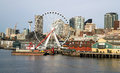 Het wiel seattle van piers dock buildings needle ferris van de waterkant Royalty-vrije Stock Fotografie