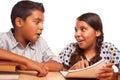 Hilfreicher hispanischer bruder und schwester having fun studying Stockfoto