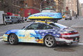 Hilfs ukraine gemaltes auto in manhattan Stockbilder
