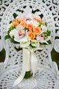 Hochzeitsblumenblumenstrauß auf einem weißen Gartenstuhl Lizenzfreies Stockbild