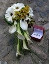 Hochzeitsblumenstrauß und Hochzeitsringe Stockbilder