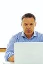 Hombre caucásico que mira su ordenador portátil Imagen de archivo