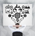 Hombre de negocios que mira esquema del analitics Foto de archivo