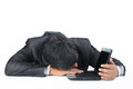 Hombre de negocios sleeping sobre el ordenador portátil Fotografía de archivo libre de regalías