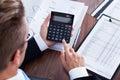 Hombre de negocios using calculator Imagenes de archivo
