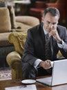 Hombre de negocios using laptop Fotos de archivo libres de regalías