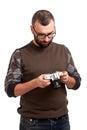 Hombre joven con la barba que sostiene la cámara de la foto Foto de archivo
