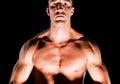 Hombre muscular aislado en fondo negro Fotos de archivo libres de regalías