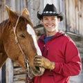Hombre que acaricia el caballo. Imagen de archivo libre de regalías