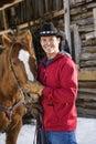 Hombre que acaricia el caballo. Foto de archivo