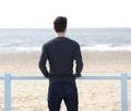 Hombre que se coloca al aire libre de mirada del mar Foto de archivo libre de regalías