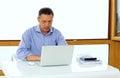 Homem caucasiano que trabalha em seu laptop Fotos de Stock Royalty Free