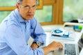 Homem caucasiano que trabalha em seu laptop Imagens de Stock