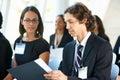 Homem de negócios discussing conference document com colega Fotografia de Stock