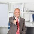 Homem de negócios maduro seguro gesturing thumbs up Imagens de Stock Royalty Free