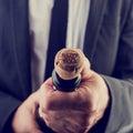Homem de negócios opening wine bottle pelo ano novo Imagem de Stock Royalty Free
