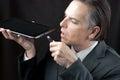Homem de negócios plugs in tablet Fotos de Stock Royalty Free