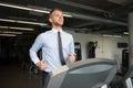 Homem de negócios running on treadmill Fotografia de Stock Royalty Free