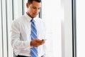 Homem de negócios using mobile phone no escritório Fotos de Stock