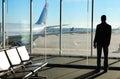 Homem de negócios waiting o seu voo no aeroporto Fotografia de Stock