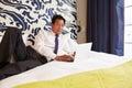 Homem de negócios working on laptop na sala de hotel Foto de Stock Royalty Free