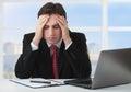 Homem de negócios novo sob o esforço, fatiga, dor de cabeça Fotografia de Stock